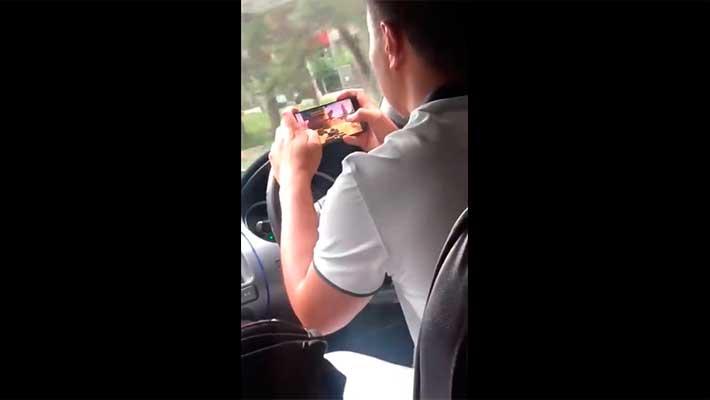 Таксист играет в танки за рулем